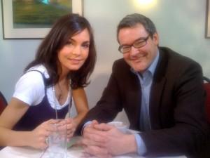 Sympathische Schusseline: Im Clixoom-Interview mit Talkmaster Christoph Kracht beichtet Schauspielerin Nadine Warmuth  Foto: Momento Media GmbH.