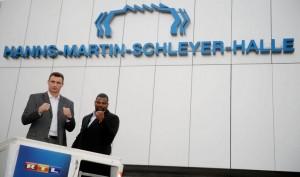 Vitali Klitschko und Juan Carlos Gomez posieren für die Fotografen vor der Hanns-Martin-Schleyer-Halle in Stuttgart. Foto: RTL/Thomas Niedermeyer