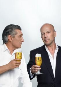 Rudi Assauer und Bruce Willis stoßen mit Veltins an: Im Spot zieht Bruce Willis jedoch den Kürzeren. Foto: Veltins.