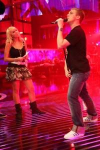 Probe für Deutschland sucht den Superstar: Annemarie Eilfeld staunt, Oliver Pocher schmiegt seinen Körper lüstern an den Mikrofonständer. Foto: RTL/Stefan Gregorowius.