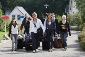 Erwachsen auf Probe: Die Teenies auf dem Weg ins Eltern-Camp. Foto: RTL/Frank Hempel.