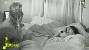 Erwachsen auf Probe: Per Überwachungskamera beobachten die Eltern, wie Sebastian nachts die Säuglinge betreut und Freundin Lila friedlich schlummert. Foto: RTL.