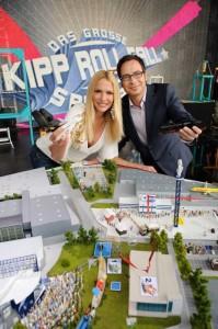 Das große Kipp-Roll-Fall Spektakel: Sonya Kraus und Matthias Opdenhövel präsentieren das Modell der Kettenreaktion. Foto: ProSieben.