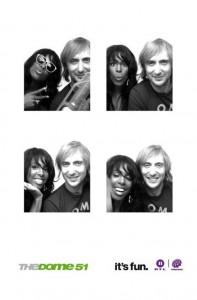 Fotoshooting einmal anders: Kelly Rowland und David Guetta mussten sich bei The Dome 51 in einen Fotofix-Automaten zwängen. Foto: RTL 2 / The Dome.